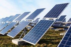 Campo de las baterías solares Imagen de archivo libre de regalías