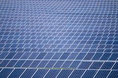 Campo de los paneles solares Imagen de archivo libre de regalías