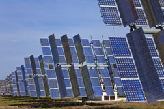 Campo de los paneles solares fotovoltaicos de la energía verde Fotos de archivo