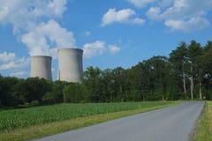 Campo de maíz al lado de la central nuclear Fotografía de archivo