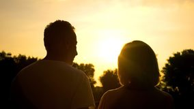 Campo de observação do por do sol dos pares maduros, tranquilidade da natureza, lazer da pensão fotos de stock royalty free