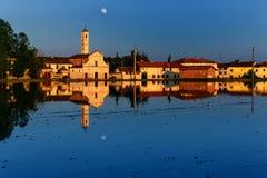 Campo de Riece, Italia, puesta del sol con la luna Imagen de archivo
