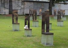 Campo de sillas vacías con Teddy Bear blanco, monumento del Oklahoma City Foto de archivo