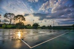 Campo de tênis após um dia chuvoso foto de stock