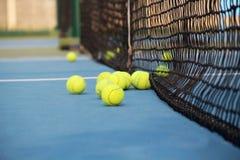 Campo de tênis com bola de tênis Fotografia de Stock Royalty Free