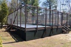 Campo de tênis da pá da plataforma no clube suburbano privado Fotografia de Stock Royalty Free