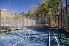 Campo de tênis da pá da plataforma no clube suburbano privado Fotos de Stock Royalty Free