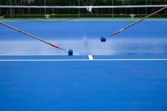 Campo de tênis da pintura do rolo de pintura do uso do pintor imagens de stock