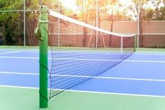 Campo de tênis e rede fora azuis Fotos de Stock