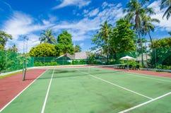 Campo de tênis na ilha tropical fotografia de stock royalty free