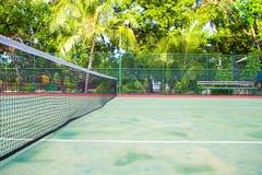 Campo de tênis na ilha tropical exótica - esporte imagem de stock