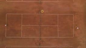 Campo de tênis, rivais hábeis indivíduo e jogo e bola do esporte do jogo da menina que jogam-se sobre a rede na corte vermelha filme