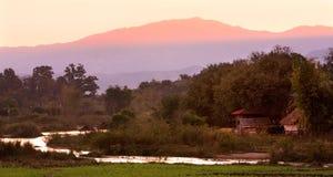 Campo de Tailândia perto do rio pequeno com crepúsculo, Chiang Mai, Fotos de Stock