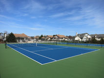 Campo de tenis azul con el cielo azul Fotos de archivo libres de regalías
