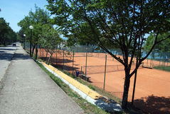 Campo de tenis cerca del hotel Beli Kamik en Njivice en la isla Krk en Croacia Foto de archivo