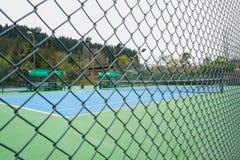 Campo de tenis cercado imagen de archivo