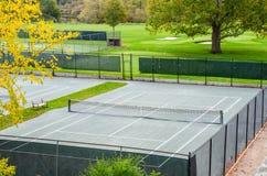 Campo de tenis cercado fotos de archivo