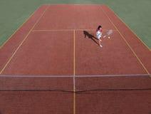 Campo de tenis con el jugador de tenis durante un juego de partido Imagenes de archivo