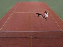 Campo de tenis con el jugador de tenis durante un juego de partido Imágenes de archivo libres de regalías