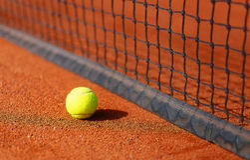 Campo de tenis con la pelota de tenis y el fondo del antuka Foto de archivo libre de regalías