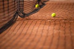 Campo de tenis con las pelotas de tenis Fotografía de archivo libre de regalías