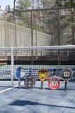 Campo de tenis editorial de la plataforma con las paletas foto de archivo