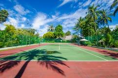 Campo de tenis en la isla tropical Imagen de archivo