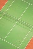 Campo de tenis en la noche fotos de archivo