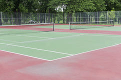 Campo de tenis suburbano vacío en parque Fotografía de archivo