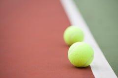 Campo de tenis y pelotas de tenis Imágenes de archivo libres de regalías