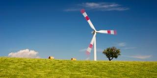 Campo de trigo e turbina de vento Fotos de Stock Royalty Free