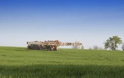 Campo de trigo de pulverização Fotos de Stock Royalty Free
