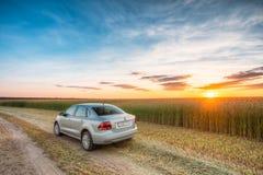 Campo de Volkswagen Polo Car Parking On Wheat Drama do nascer do sol do por do sol Imagem de Stock
