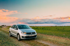 Campo de Volkswagen Polo Car Parking On Wheat Nascer do sol do por do sol dramático Imagens de Stock Royalty Free