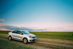 Campo de Volkswagen Polo Car Parking On Wheat Nascer do sol do por do sol dramático Fotos de Stock