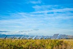 Campo dei pannelli solari fotovoltaici Fotografia Stock