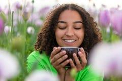 Campo del adolescente de la muchacha de la mujer de la taza de consumición de las flores de café o de té foto de archivo libre de regalías