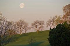 Campo del golf y la luna Fotos de archivo