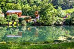 Campo del idilio con el río, Baviera verde de la naturaleza, Essing Fotografía de archivo
