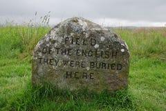 CAMPO DEL INGLÉS - ERAN AQUÍ ENTERRADO marcador de la fosa común en el campo de batalla de Culloden, Escocia imagen de archivo libre de regalías