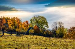 Campo del otoño con el valle lleno de niebla gruesa Fotografía de archivo