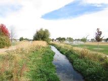 Campo del otoño de la corriente del río Fotografía de archivo