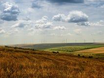 Campo del paese su Sunny Sky drammatico blu Immagini Stock Libere da Diritti