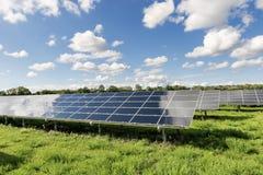 Campo del panel solar Fotografía de archivo libre de regalías
