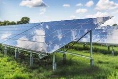Campo del panel solar Fotos de archivo