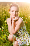 Campo del papavero della giovane donna al tramonto Fotografia Stock
