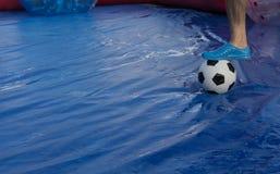 Campo del partido de fútbol de la bola de Zorb con la bola Imagenes de archivo