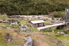 Campo del puente del pueblo de la selva, destino del turista de la cultura de Bolivia Imagen de archivo libre de regalías