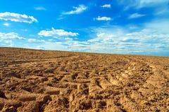 Campo del terreno arabile di agricoltura in primavera per i raccolti Immagini Stock Libere da Diritti