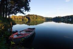 Campo del verano con el lago Fotografía de archivo libre de regalías